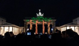 Illuminiertes Brandenburger Tor während des Lichterfests in Berlin