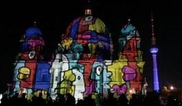 Illuminierter Berliner Dom während des Lichterfests in Berlin