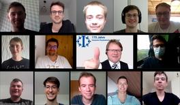 Eifrig rätselnde Physik-Studierende bereit für internationale Herausforderung